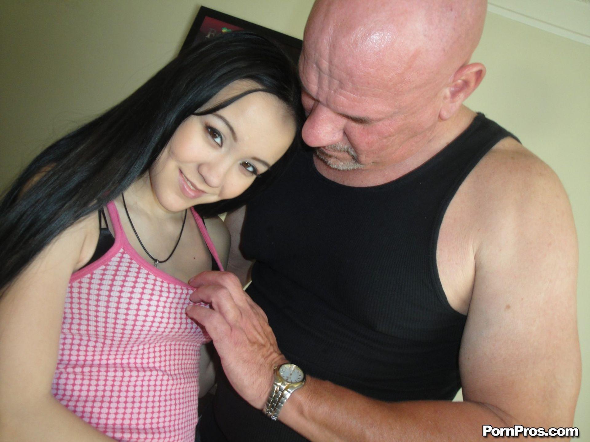 Хрупкая девушка и большой член 11 фотография