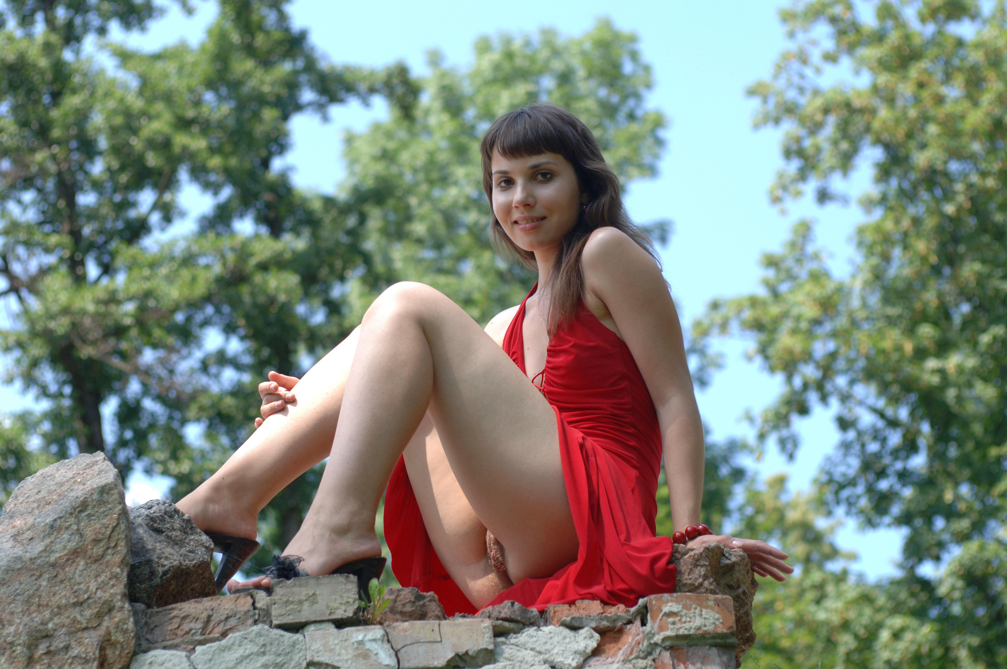 Фото девушка без трусов под платьем