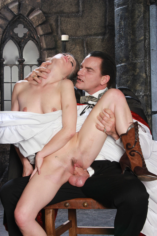 фото галерея в замке за столом порно при муже