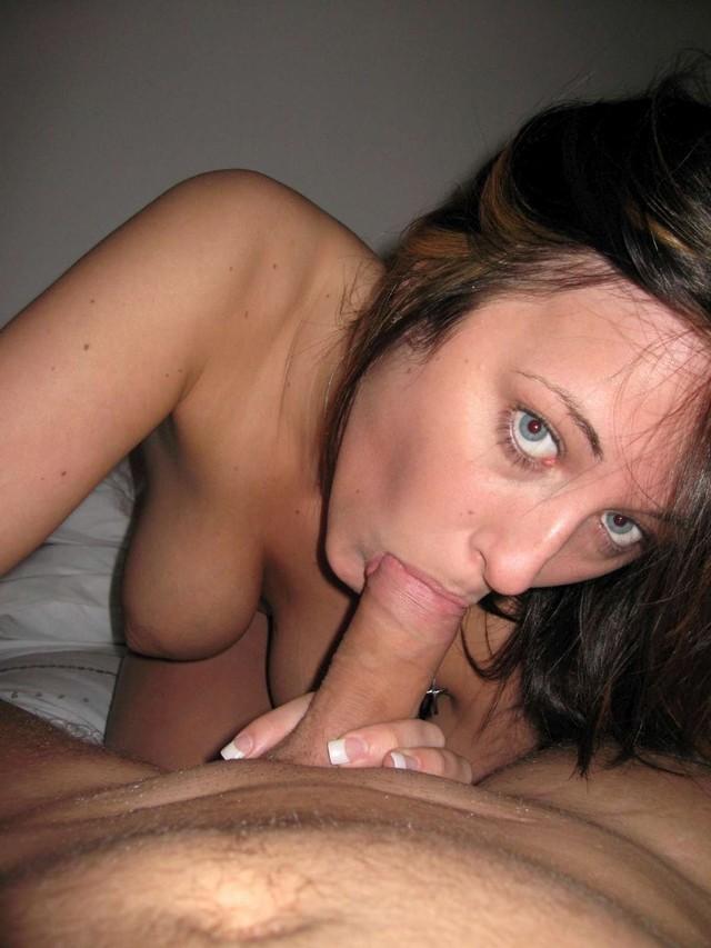 Красивые голые жены сосут член